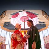 月の神殿~清明殿~ 木の香りあふれる劇場型の神殿は、能舞台をモチーフに。成田地区最大級の神殿会場で、和の伝統美溢れるセレモニーを。
