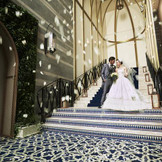 チャペルからパーティ会場へと続く大階段ではフラワーシャワーなどの演出が可能