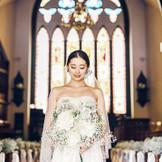 大聖堂で叶うのは、やわらかな自然光と歴史あるステンドグラスに包まれる温かな挙式。