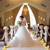 「幸福」を呼びこむとされるホワイトオニキスから差し込む光が美しいチャペル。専任牧師による神聖な挙式を