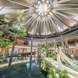 ホテルロビーに広がる水盤上で愛を誓うチャペル「サングリッター」