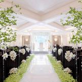 木のぬくもりと天井からの自然光できらめくシャンデリアがやさしげなチャペルソルーナ。珍しい対面式チャペルで、少人数婚にはぴったりです。