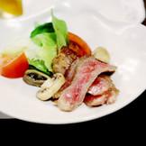 「岡山県産黒毛和牛のステーキ」は口に入れたらとろけるほどの美味しさ。料亭ならではの繊細な味付けがほどこされたお肉料理にゲストも満足してもらえるはずです。