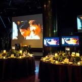 三面のスクリーンと四面のモニター。 計7ヶ所から流れる迫力の映像は、ゲストへ鮮明な印象を残す。