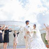 【チャペル:Lapis】挙式後には青空の元フラワーシャワーで祝福を