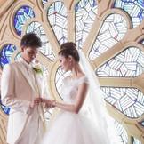 ブルーローズのステンドグラスは日本でここだけ。青のバラには『奇跡』という花言葉が・・・。奇跡の象徴の前でお二人の最高の結婚の誓いをしましょう