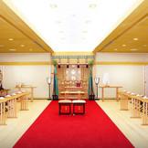 日本ならではの神前式。当日は五社神社から神職がお見えになり挙式を行います。館内の神殿では天候に左右されず移動もない為、お二人はもちろんゲストにも好評です!心改まる雅楽が凛とした雰囲気の中響き渡ります。