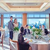 自然光たっぷりの会場に人気のナチュラルスタイルを取り入れたアットホームウェディングを提案 地上110Mから臨む東京の絶景も必見