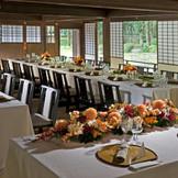 文華殿での会食には畳に和室用のテーブル・椅子をご用意。42名様まで収容可能で、会場から見える庭の景色が特徴のひとつ。