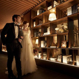 ドレスの白が美しく映える大人の空間
