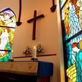 イエス様受胎告知の場面を描いた「ステンドグラス」。柔らかな光が優しく2人の幸せを見守ります。