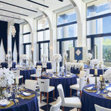 【貸切の空間】ジェナの披露宴会場はお二人だけの貸切の空間。天井が高くゆったりとした空間&プロジェクションマッピングのある特別な会場となっています。