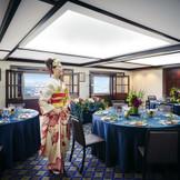 窓の向こうには「福山城」、その広がる景色がまるで一枚の絵のように空間を演出してくれます。30名ほどのパーティにピッタリな「ふじの間」は親族中心のアットホームな祝宴にオススメ