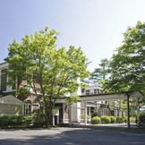 チャペルと同じ敷地内に建つクラシカルなホテル。お食事会や宿泊での移動も便利。