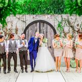 チャペル前のテラスでゲストと一緒に写真を撮ろう♪緑がたくさんなので集合写真もきれいに残せる!