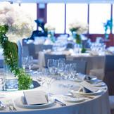 フラワーデザイナーの洗練された感性が息づく会場装花がゲストをお迎えし、ふたりの結婚式をより華やかに。高層階の大きな窓から差し込むやわらなか自然光をいかした演出は、「ボールルーム」ならでは。