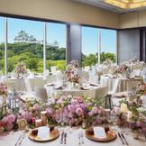 ホテルでは珍しい窓のある披露宴会場。壁一面のガラススクリーンから望む和歌山城の景色はゲストへのプレゼントに。