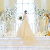 「白いバラの名前」という意味のチャペルは、荘厳で重厚感あふれる白い空間