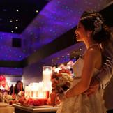 プラネタリウムは、会場全体に星空を映し出すロマンチックな演出となる