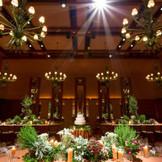 ヴェネシアングラスのシャンデリアとフローリングが印象的な「ヴェネシアンルーム」。エレガントな装花、ナチュラルな雰囲気など、お好みのスタイルでのコーディネートが可能。前室「ドローイングルーム」で、眺望を楽しみながらのウェルカムカクテルも人気。