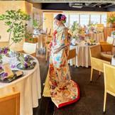 近隣神社での挙式後は色打掛に着替えて和の情緒あるパーティを愉しんで。