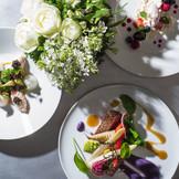 ゲストへの最高のおもてなしとなる婚礼メニューは、シェフと打ち合わせを重ねて創り上げるふたりのオリジナル。上質な旬の素材をいかした華やかなコースに、思い出のテイストやエッセンスなどを盛り込むことも可能。