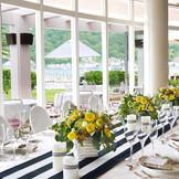 緑豊かな中庭に面したガラス張りのガーデンレストラン「ルファール」。リゾート感を満喫できる明るく開放的なウェディングが叶う。 隣接したガーデンでイベントセレモニーやスイーツブッフェ、ナイトガーデンでの1.5次会や2次会にもおすすめ。