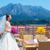 桜島をバックに全体写真を撮る事も出来ます。テラスでの挙式や披露宴もオススメです。