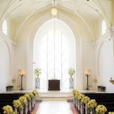純白の大聖堂は自然光たっぷりで解放感もあり。感動的な挙式が叶う