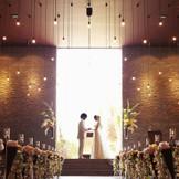 正面の大きな扉は退場時にオープン。自然光が差し込むなかお二人の新たな門出をスタートさせる。
