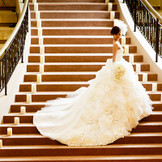 まるで映画のプリンセスのような、宮殿風大階段からの入場シーン。