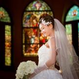 全面に広がるステンドグラス。そこから差し込む光はまるで万華鏡の様に幻想的な美しさ