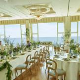 広大な窓から一望できる海。「葉山ホテル音羽ノ森」ならではの上質なサービス。そして想いを込めたこだわりのお料理。 おふたりらしさを追求した音楽と空間コーディネート、大切な方々と温かなひとときをお過ごしください【100名様収容可能】