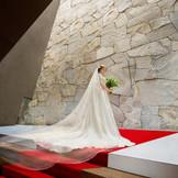 荘厳な表情を魅せる祭壇。天窓からの光がふたりを祝福してくれる