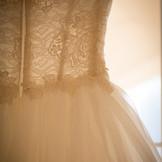 イタリアのドレスは 職人が手縫いで一針ずつ仕上げます。 丁寧な縫製と軽さ ラインの美しさが特徴です。