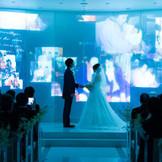シーンによって、照明の明るさ調節ができるのも嬉しい。ロマンティックな演出も可能なので、まずは専任プランナーに相談しよう。