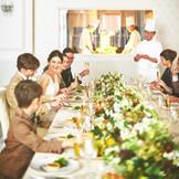 オープンキッチンを備えた会場で、アットホームな会食が叶う