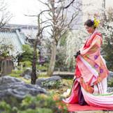 人気の『湯島天満宮』での一枚。 十二単も取り扱いがございます。日本の伝統衣裳での和婚も。