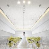 天井から降り注ぐクリスタルが美しいチャペル。