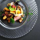 シェフ浅見の料理は、彩り豊かでこだわりの食材が際立つ一品!