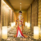 人気の和装もたくさんの中からお選び頂けます。住吉神社の御霊を祀る本格的な館内神殿。80名様まで着席可能な広々とした空間では両親だけでなく、友人にも大切な誓いを見守ってもらえます。前撮りのスポットとしても大変人気です☆