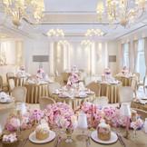 白を基調とした自然光溢れる華やかなバンケット「シャンパーニュスイート」70名収容