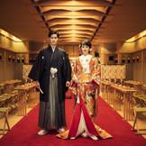 和装をご希望の方は、ホテル内の神殿で本格神式も叶います。住吉神社の御霊を祀る本格的な館内神殿。80名様まで着席可能な広々とした空間では両親だけでなく、友人にも大切な誓いを見守ってもらえます。前撮りのスポットとしても大変人気です