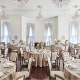 天井が高く開放感のあるパーティー会場、新郎新婦とゲストの距離感が近いアットホームなパーティーです