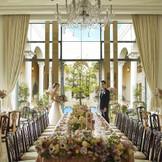 シンプルモダンな披露宴会場は、どんなコーディネートも素敵にアレンジできる。ふたりのイメージを伝えて、提案してもらおう。
