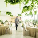 自然光差し込む明るい披露宴会場は、お二人のお好みに合わせた装飾自由度の高さが特徴。 専属のフラワーコーディネーターと楽しく相談しながら決めていきます!