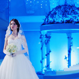眩い光の中 純白のドレスに包まれた新婦は圧巻