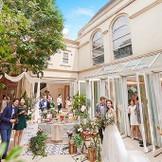 【レキシントン邸/収容人数114名】ガーデン付の貸切一軒家では挙式の後にカクテルパーティーやフォトタイムが過ごせる。デザートタイムにはデザートブッフェやバルーンリリースなどもできる。