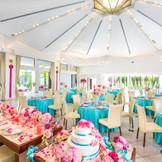 白を基調とした邸宅「メゾン・ド・フォンテーヌ」のパーティ会場。天井には泉を照らした陽光がキラメキを映し出しています。