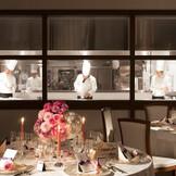 オープンキッチンも併設! 出来立てのお料理がすぐにテーブルへとサーブされる
